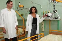 Vedoucí lékařka Markéta Cichoňová a primář Pavel Vicherek ukazují jeden z pokojů nového oddělení DIOP v nemocnici v Lounech.