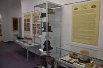 Regionální muzeum K. A. Polánka v Žatci pořádá výstavu Dámy a pánové držte si klobouky! Vidět ji můžete v prostorách hlavní budovy muzea, Husova 678, a to až do 23. srpna.