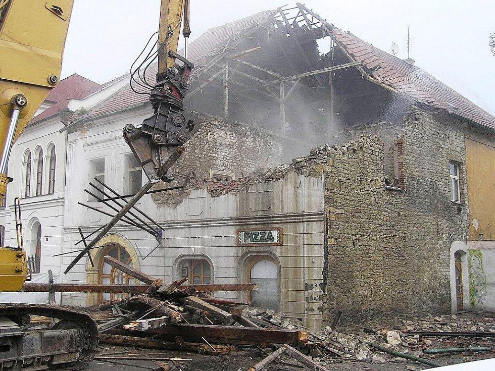 Archivní snímek z března 2006. Bourání někdejší pizzerie Vivaldi v lounské Hilbertově ulici, která se na konci února 2006 částečně zřítila.
