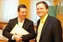 David Rath (vlevo) s Marcelem Chládkem, tehdy ještě kandidátem na senátora, na archivním snímku z návštěvy žatecké nemocnice