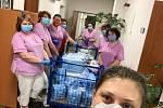 Zaměstnanci Domova pro seniory ve Vroutku nyní v zařízení v rámci dobrovolné karantény žijí.