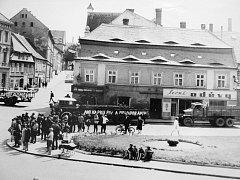 Lidé na žateckém Kruhovém náměstí sledují situaci.