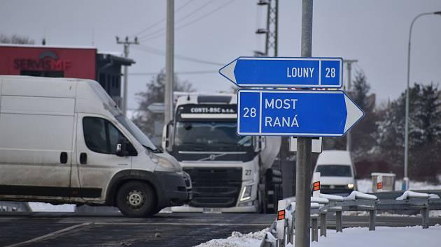 Křižovatka silnic I/28 Most - Louny a Dobroměřice - Lenešice se promění na kruhový objezd.