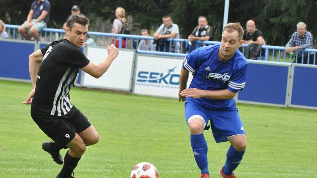 Fotbalisté Loun (v modrém) si již v domácím poháru nezahrají. Podlehli doma Brandýsu 0:2.