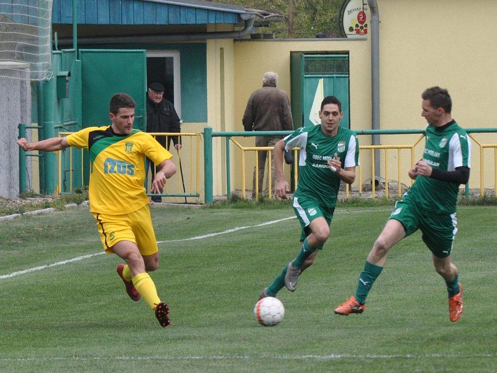 Žatecký Slavoj (ve žlutém) sice vedl 3:0, ale nakonec se musel o výsledek bát.