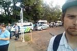 Ranní situace před areálem firmy Heavy Machinery services v Lounech na snímku, který Deníku poskytl čtenář