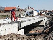 Dělníci opravují most přes potok Hasina v Lipenci na silnici Louny–Žatec.