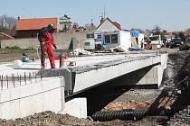 Dělníci pokračují ve výstavbě novéhop silničního mostu v Lipenci na Lounsku.