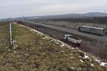 Nová lávka přes dálnici D7 u Loun má opět spojit cestu vedoucí z Cítolib a kolem lounského Aisanu.