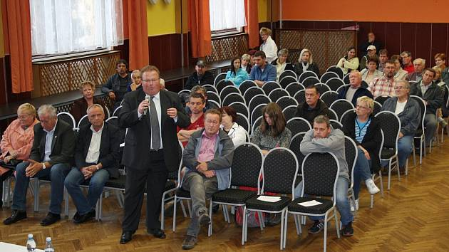 V kulturním domě v Lubenci se ve středu debatovalo o uprchlických zařízeních, která vzniknou v nedalekých Drahonicích a Balkové.