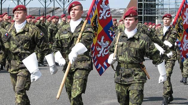 Slavnostní nástup při příležitosti 15. výročí od založení 4. brigády rychlého nasazení v Žatci.