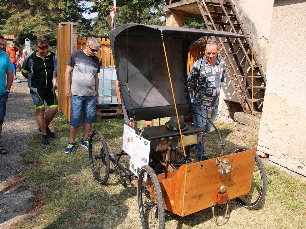 Krásná historická vozidla se v sobotu 27. července sjela do obce Hříškov na Lounsku.
