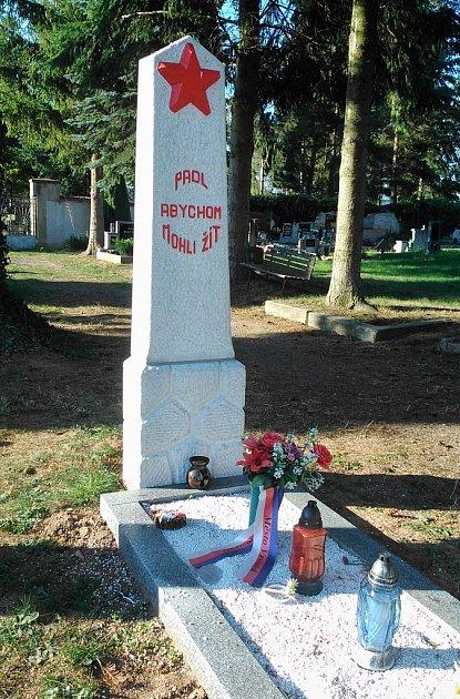 Hrob neznámého hrdiny na hřbitově ve Vroutku, který byl vsrpnu opraven na náklady ruské ambasády.