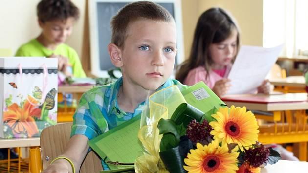 Předávání vysvědčení v prvních třídách ZŠ P. Holého v Lounech