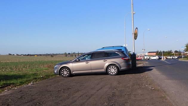 Improvizované parkování v ulicích Stavbařů a Pekárenská, kde stojí desítky aut mezi vozovkou a okrajem pole, se od začátku září zlepšilo. Město zajistilo zpevnění krajnice.