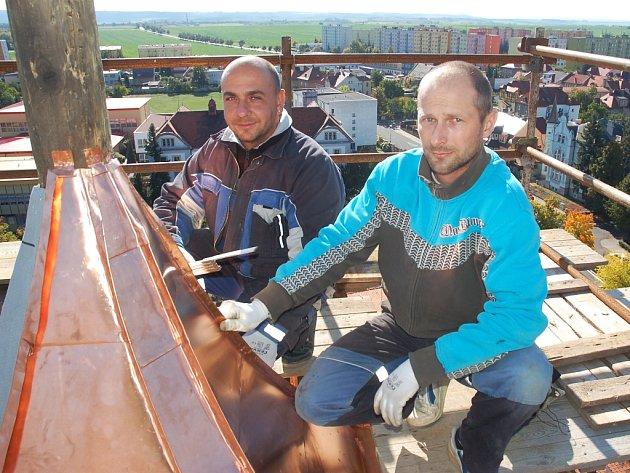 Jiří Danč (vlevo) a Radek Chamrád vyměňují oplechování věže na žateckém gymnáziu.