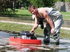 Dobroměřický hasič Petr Prchal obsluhuje čerpadlo v lounské lokalitě V Benátkách