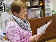 V Místní knihovně Cítoliby si pod vedením knihovnice Růženky Horákové zazpívalo koledy 11 účastníků.