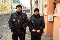 Ivana Fenclová (vpravo) je strážnicí Městské policie Louny. V březnu 2010 nastoupila se strážníkem Martinem Svobodou na svou první dvanáctihodinovou službu do ulic města.