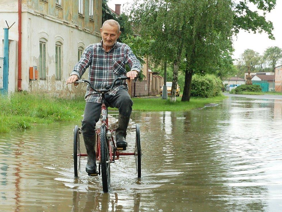 Úterý 4. června 2013. Voda z Ohře se kanalizací opět dostala do Dolního Března u Postoloprt