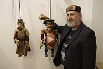 Antonín Müller s loutkami na výstavě v Křížově vile.