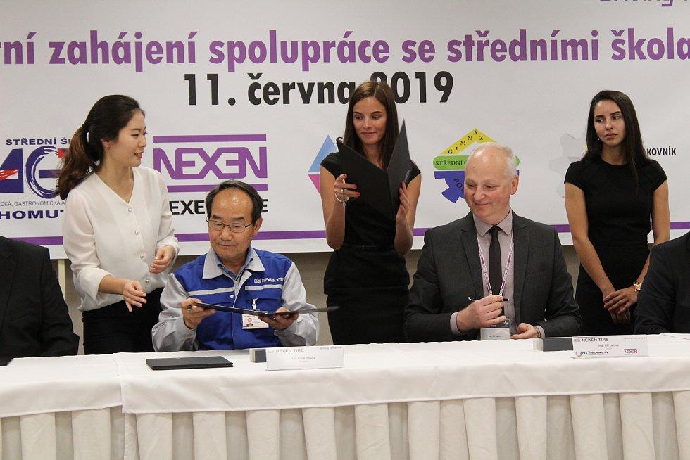 Podpis dohody mezi společností Nexen a pěti středními školami v regionu.