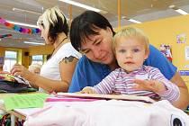 Hana Šimsová s dcerkou Evou si prohlížejí dětské věci