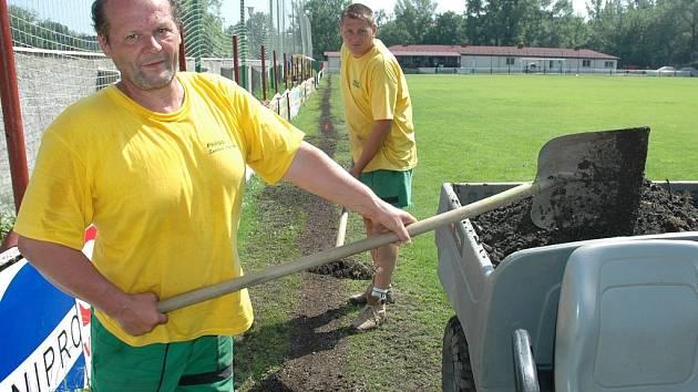 Libor Horák (vlevo) a Josef Gula odklízejí přebytek hlíny po položení hadic nového zavlažovacího systému.