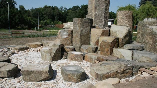 Kamenná scenérie v lokalitě V Benátkách v Lounech, naproti restauraci Stromovka