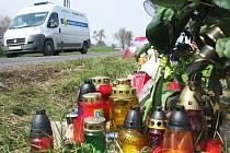 Květiny, svíčky, plyšové hračky, ale i kousky z vozu a rozbité sluneční brýle. To vše připomíná tragickou smrt čtyř mladíků