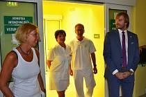 Ministr zdravotnictví Adam Vojtěch (vpravo) na návštěvě žatecké nemocnice