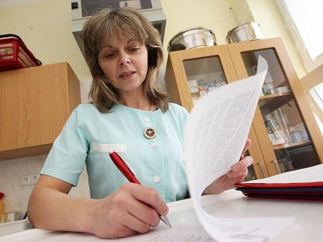 Petiční arch za odvolání správní rady v těchto dnech podepisuje zdravotnický personál žatecké nemocnice. Podepsala se i zdravotní sestřička Anna Poláková.