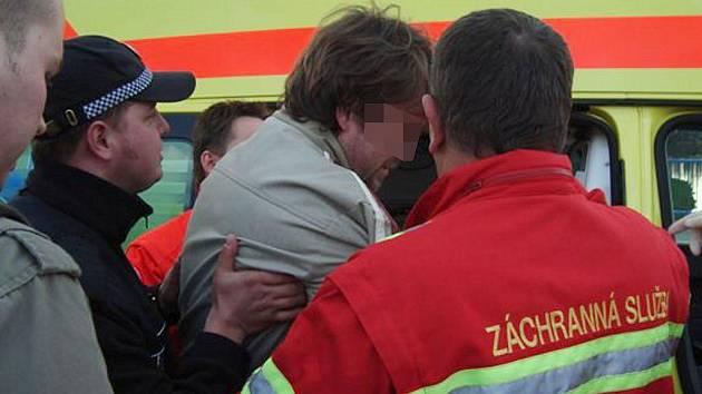 Strážníkům se muže povedlo chytit v poslední chvíli. Pár minut nato už seděl v sanitce.