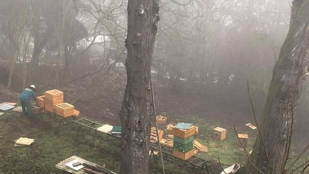 Poškozené úly v Žatci.