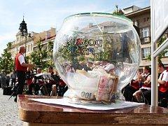 Lidé mohli přispět libovolnou částkou do skleněné kasičky