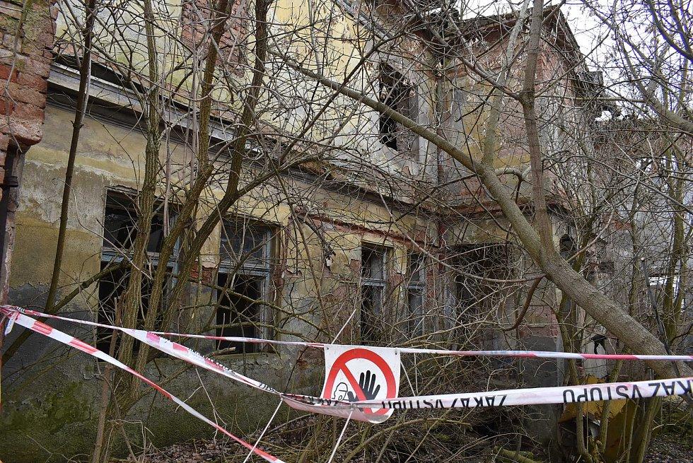 Zdevastovaný objekt bývalého mlýna v Blšanech.