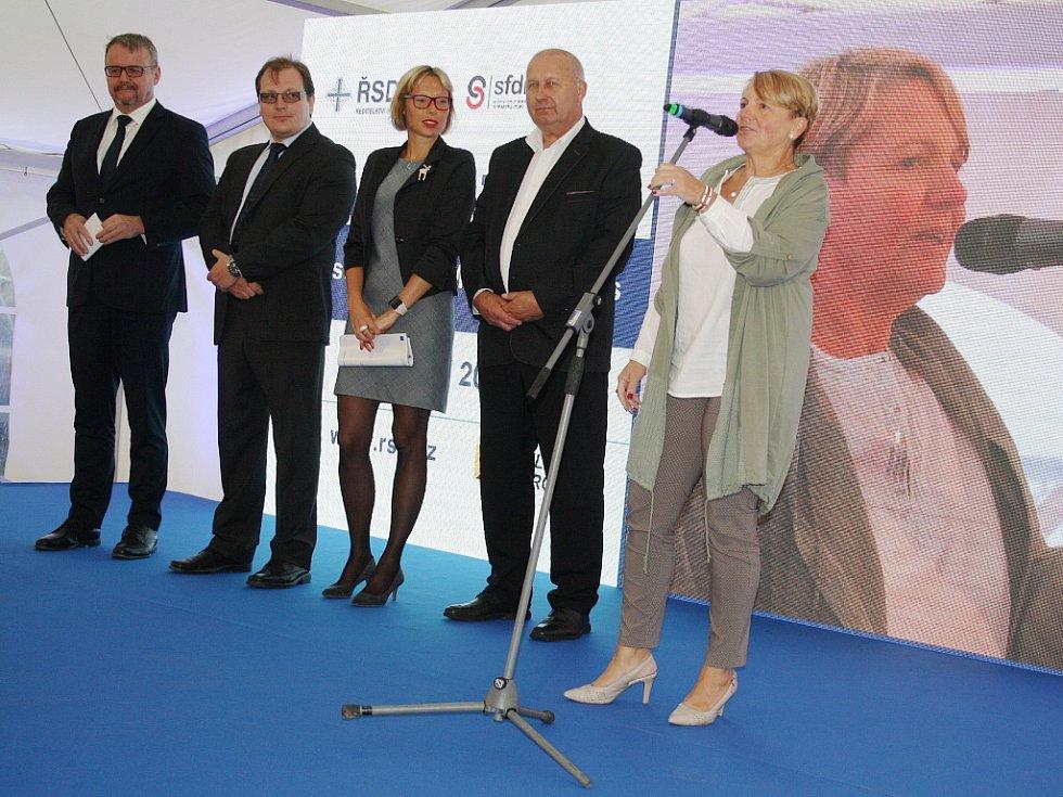 Zahájení stavby dálnice D7 v úseku od Bitozevsi do Postoloprt. Hovoří žatecká starostka a senátorka Zdeňka Hamousová.
