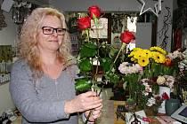 Květinářka Simona Čerňanská připravuje květiny v prodejně na žateckém náměstí Svobody.
