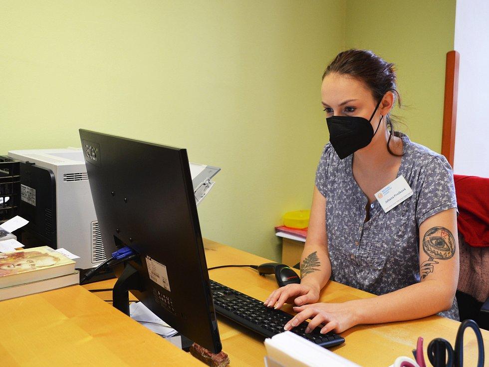 Knihovnice kontroluje objednávky od čtenářů.