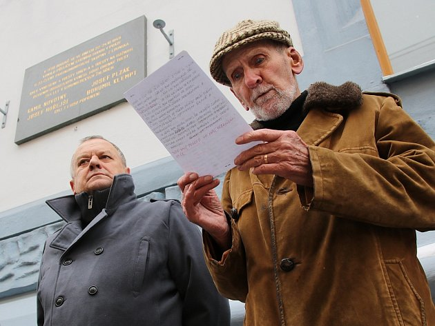 Evžen Seidl, poslední žijící člen protikomunistické skupiny Mapaž 5, čte proslov. Naslouchá místostarosta Jan Čermák
