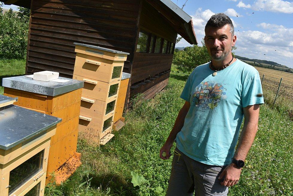 Včelař František Korytár z Výškova na Lounsku.