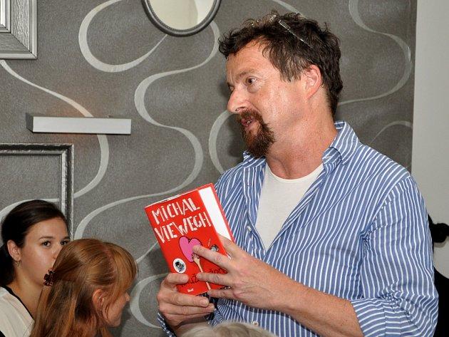 Michal Viewegh při autorském čtení v Lounech