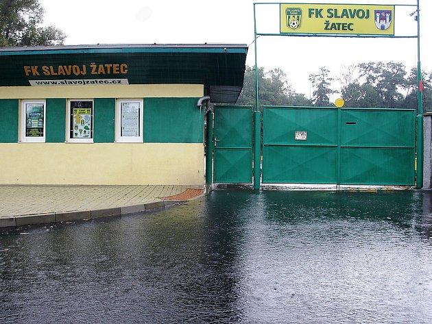 Brány fotbalového stadionu Slavoje Žatec zůstanou dnes pro fanoušky zavřené, zápas s Louny se odkládá.