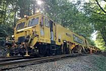 Ojedinělý stroj SUZ 500 s 29 vozy na pražce nasadí společnost Swietelsky Rail CZ v sobotu 15. srpna na opravovaný železniční úsek Rakovník – Blatno u Jesenice. Během tří dnů v pěti úsecích obnoví 4385 metrů kolejí. Foto archiv společnosti Swietelsky Rail