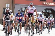 Peloton charitativní akce Na kole dětem v Žatci.  Cyklisty vedl Josef Zimovčák, mnohonásobný mistr světa v jízdě na vysokém kole