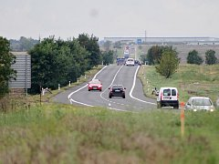 Dosavadní dvouproudá silnice mezi Postoloprty a Bitozevsí. Na jaře 2018 tam řidiči pojedou po nové dálnici.