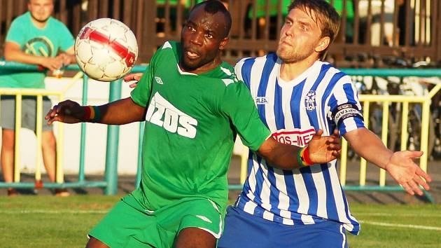 Utkání Žatce (v zeleném) proti Čelákovicím. Na snímku domácí Ali Osumanu
