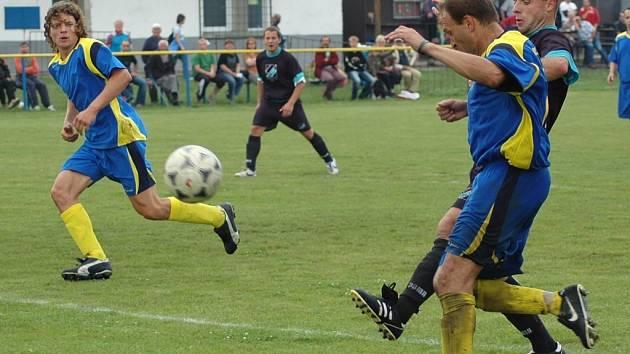 Do jedné z mála šancí hostů se dostal Milan Malý,  vlevo čeká přihrávku  Zdeněk Lehman, ale míč ukopl na roh vracející se obránce Aleš Havelka.