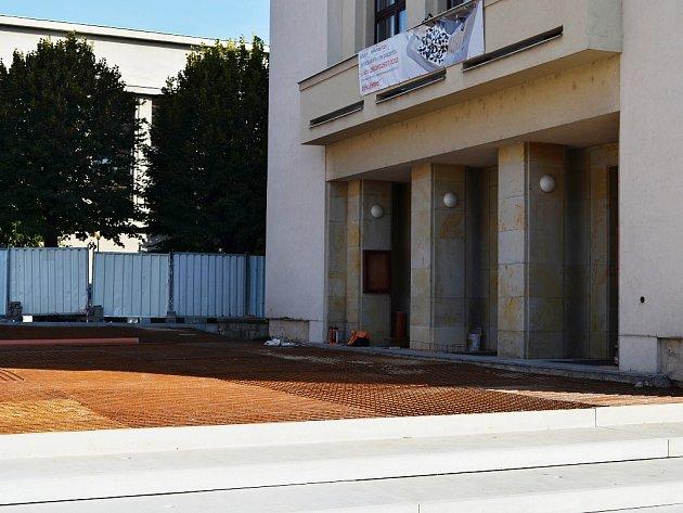 Před lounským Vrchlického divadlem pokračuje přestavba a tvorba takzvané Sýkorovy mozaiky