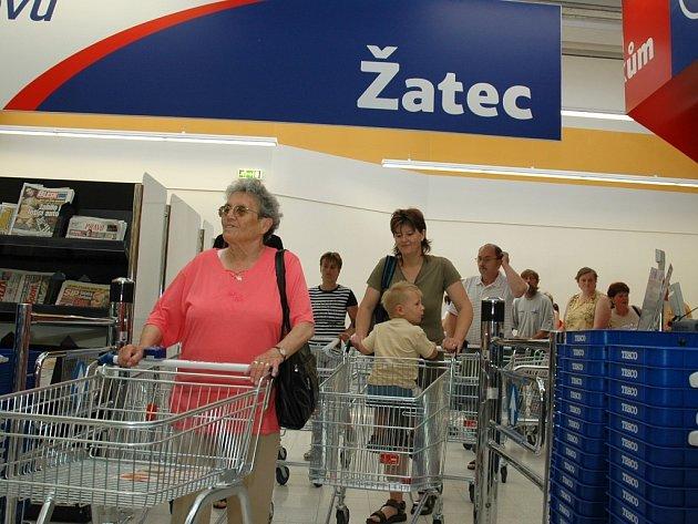 Lidé proudí do právě otevřeného hypermarketu.